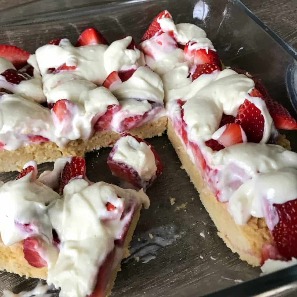 High protein cake bars topped with creamy white chocolate and fresh strawberries. Each bar packs roughly 7 grams of protein and only 113 calories.