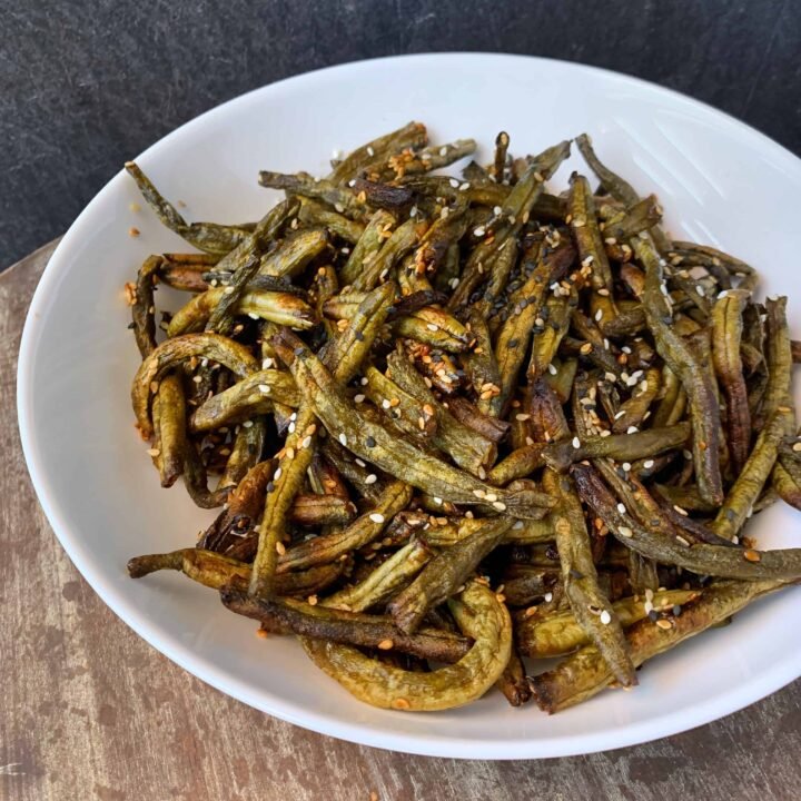 spicy sesame air fryer green beans in a bowl